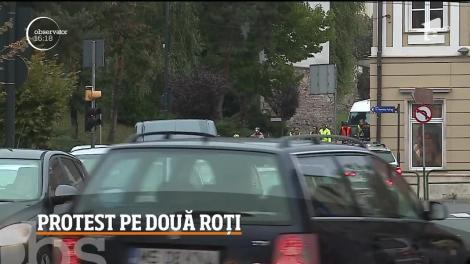 Protest în premieră la Târgu Mureş! Zeci de biciclişti au pedalat prin oraş pentru a atrage atenţia edililor locali