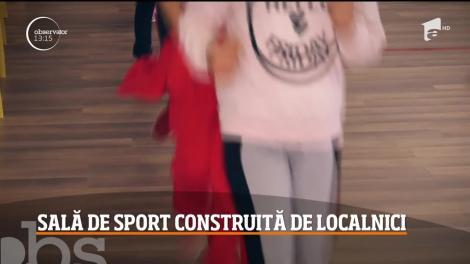 Sătui să mai aştepte ajutor de la stat, locuitorii dintr-o comună argeşeană au construit prin forţe proprii o sală de sport pentru copiii lor