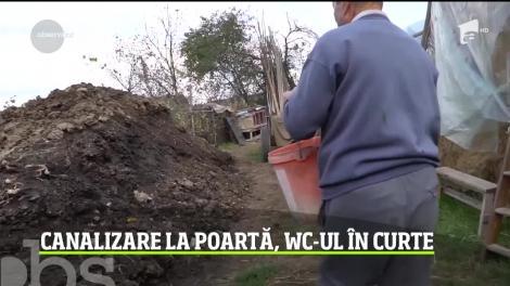 În oraşul Botoşani, oamenii refuză condiţii mai bune de trai. Au canalizare la poartă, dar spun că wc-ul din curte e mai uşor de întreţinut