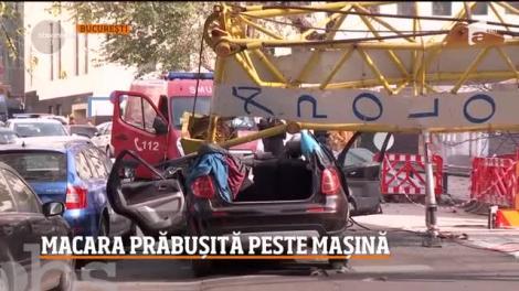Operaţiune de salvare în Capitală. O macara s-a prăbuşit peste o maşină în centrul oraşului