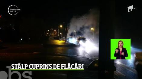 Pericol pe stradă! La Timişoara, pompierii au intervenit să stingă un incendiu izbucnit la un stâlp de electricitate