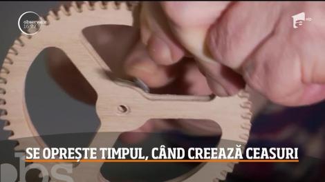 În atelierul său, un timișorean talentat sculptează ceasuri adevărate opere de artă