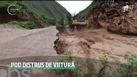 Imagini dramatice au fost surprinse în Peru, unde o viitură puternică a rupt şoseaua în câteva secunde
