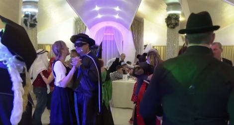 După ce au dat jos costumele de baie, turiștii s-au deghizat pentru carnavalul de la Băile Felix