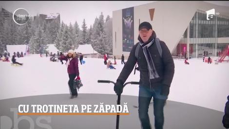 O nouă distracţie a apărut pe pârtiile din Poiana Braşov: trotineta de zăpadă, un fel de placă de snowboard cu mâner, asemănător celui al popularelor vehicule pe două roţi
