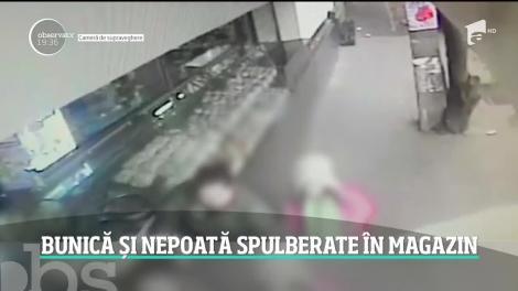 Imagini şocante arată cum o maşină scăpată de sub control intră într-un magazin şi spulberă o bunică şi pe nepoata acesteia. Ambele au supravieţuit miraculos