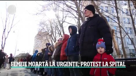 Lanţ uman în faţa Spitalului Judeţean Constanţa. Zeci de oameni au protestat după moartea femeii de 70 de ani care a agonizat jumătate de zi sub ochii medicilor.