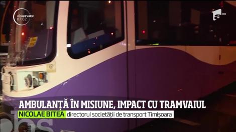 O ambulanţă are transporta la spital o femeie însarcinată, lovită în plin de un tramvai. Impactul a fost atât de puternic că vagoanele au sărit de pe șine