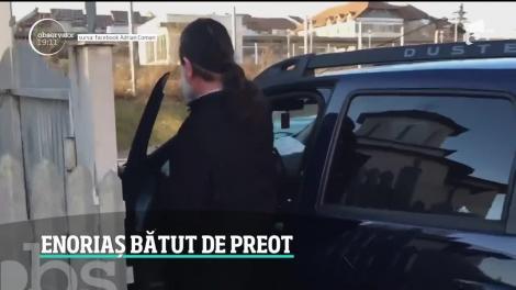 Un preot a fost filmat în timp ce loveşte un enoriaş