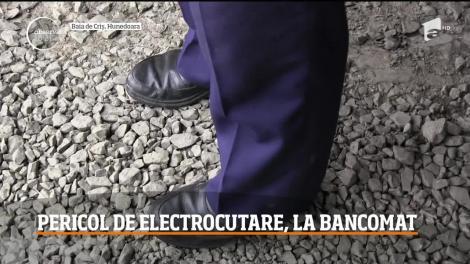 Un bărbat din Arad s-a electrocutat în timp ce încerca să scoată bani de la un bancomat