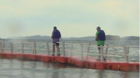 Asia Express. Concurenții în pericol de eliminare trec pe podul plutitor. Ce echipă l-a traversat cântând