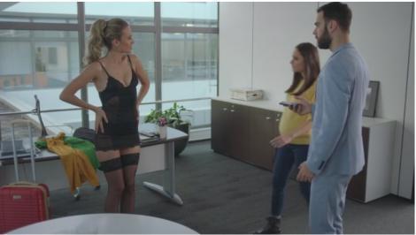Sacrificiul, episodul 12. Lili (Michaela Prosan) se dezbracă în fațaă Andrei (Denis Hanganu). Reacția Ioanei (Oana Cârmaciu)