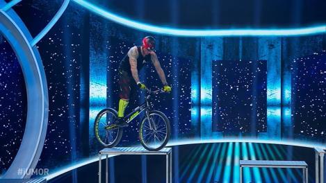 Show extrem la iUmor. Orban Barra-Gabor, demonstrație de sărituri cu bicicleta. Viața lui Mihai Bendeac, pusă în pericol: M-au luat durerile de burtă, am senzația că nasc!
