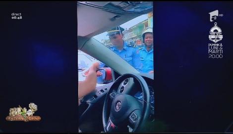Smiley News. Preotul biciclist, polițiștii șpăgari, căprioara care trece pe verde și puii de păsărele