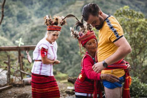 """Concurenții de la Asia Express au trăit emoții uriașe în costumele Ifugao! """"Te trage, te leagă la zonele intime"""""""