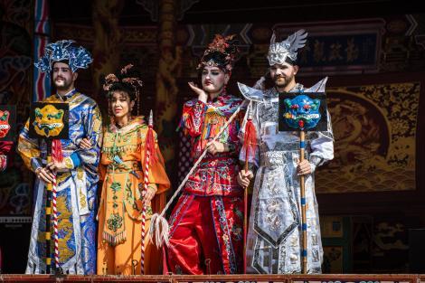 """Trei cupluri au şansa de trăi o experienţă în lumea operei chineze! """"Mi-a dat impresia că suntem la nebuni!"""""""