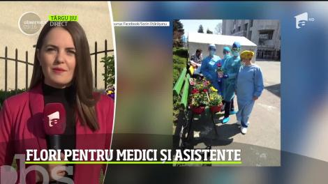 Un tânăr din Gorj le-a dus flori medicilor şi asistentelor de la spitalul din Târgu Jiu