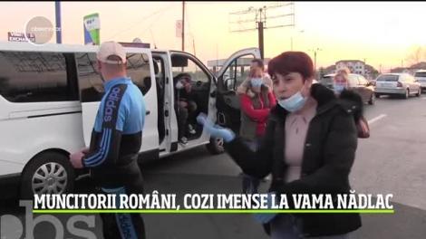 """Coadă de mașini de peste un kilometru, la vama Nădlac. Românii se înghesuie să plece în străinătate, la muncă: """"Bătaie de joc! Pe față!"""""""