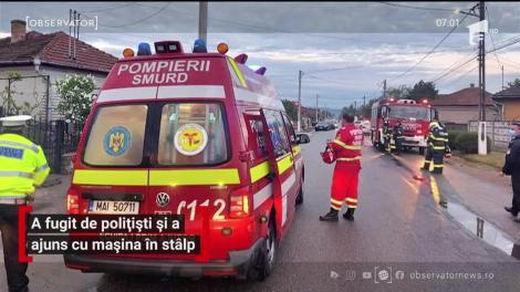 Un bărbat din județul Hunedoara a fugit de polițiști și a ajuns cu mașina în stâlp