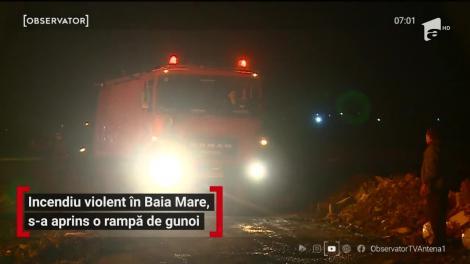 Un incendiu vizibil de la zeci de kilometri a cuprins, noaptea trecută, o rampă de gunoi din Baia Mare. Pompierii s-au luptat ore întregi să împiedice extinderea flăcărilor