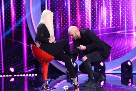 """Regina picioarelor sexy l-a înfierbântat pe Mihai: """"Nu mi se deschide nici mie fermoarul!"""". Comediantul i-a pozat pe ascuns picioarele"""
