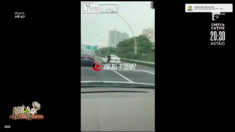 Smiley News: O șoferiță își fugărește mașina pe autostradă   Video viral