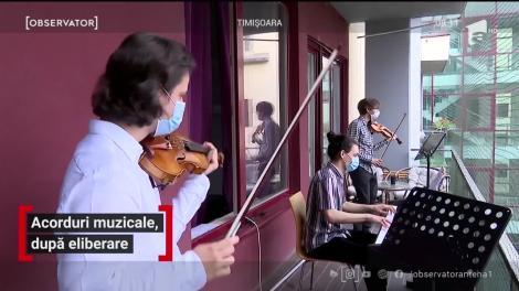 """""""Hai să cântăm una veselă!"""" Corul izolării, la Timișoara. Muzicienii au înlocuit scena cu...balconul - VIDEO"""