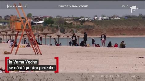 Zeci de oameni pe plaja din Vama Veche