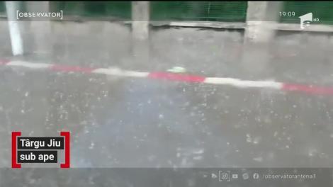 O parte a orașului Târgu Jiu a fost inundată după o ploaie torențială care a durat mai puțin de o oră