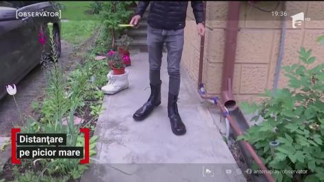 """Pantofii cu talpă uriaşă, pentru cei care nu ştiu ce înseamnă """"prea aproape"""", fabricați în România. Cât costă o pereche"""