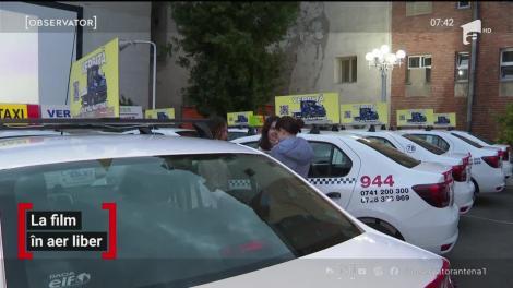 Vizionare de film din taxi, în aer liber, în curtea unui cinematograf din Arad