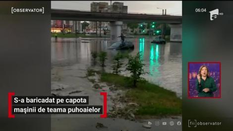 Furtuna a făcut prăpăd! Un bărbat s-a baricadat pe capota mașinii de teama puhoaielor. Imagini virale în România - VIDEO