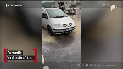 Furtunile continuă să facă prăpăd în mai multe zone din ţară