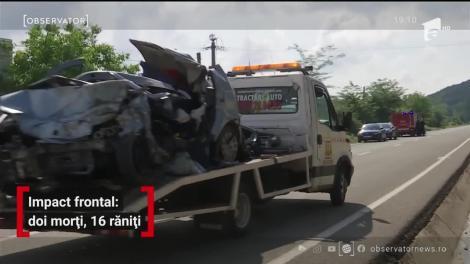Impact frontal soldat cu doi morți și 16 răniți