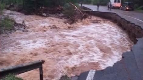 România, lovită de două cicloane! Când vor înceta ploile torențiale și inundațiile, în țară. Un drum național a fost rupt! Mașini luate de apă! Imagini dramatice! VIDEO