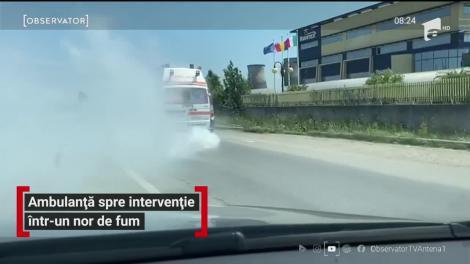 Imagini incredibile filmate în Timişoara. Ambulanţele de aici sunt atât de vechi încât, atunci când ies pe şosele, îneacă totul în fum