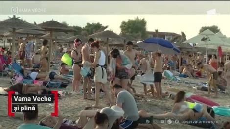 Marea e din nou ce-a fost. Sunt mii de oameni pe plajele din Mamaia şi Vama Veche. Poliţiştii încearcă să-i ţină pe turişti departe unii de alţii cu razii la care au tăiat amenzi peste amenzi