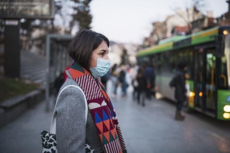 Masca de protecție purtată incorect ne poate îmbolnăvi tenul. Ce trebuie să faci pentru a evita coșurile și iritațiile
