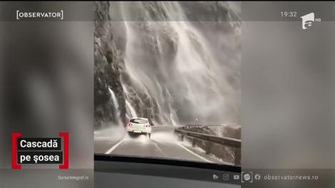 Drum cu peripeţii prin Muntenegru. O perdea de apă se revarsă de pe versanţi direct peste maşinile care au drum pe acolo