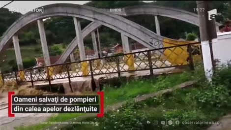 Intervenţii dramatice în Bihor după o furtună de cod roşu: pompierii au înotat prin apă până la gât