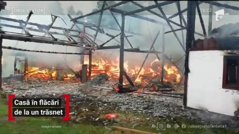 O casă a ars ca o torţă, după ce a fost lovită de un trăsnet,  în județul Suceava