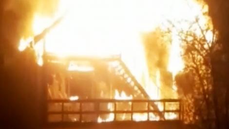 Casă mistuită de flăcări în Moeciu