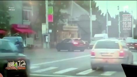 Smiley News: Cum să încurci traficul atunci când scoți mașina din parcare