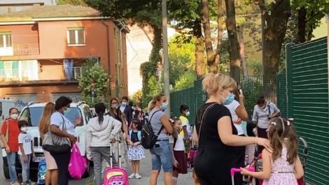 Entuziasm și prudență, prima zi de școală în Italia