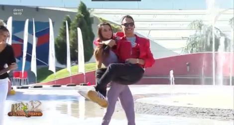 Gest amuzant! Răzvan Simion, luat în brațe și legănat ca un bebeluș de cea mai sexy antrenoare de la Neatza