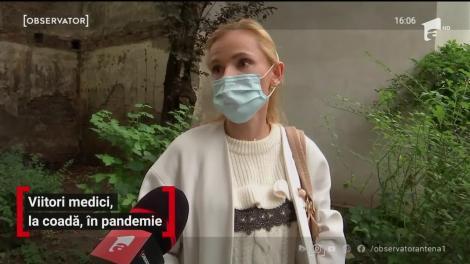 Viitori medici din Cluj-Napoca, la coadă, în pandemie