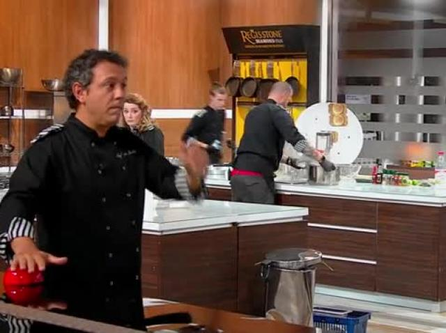 Chef Sorin Bontea folosește o amuletă! Celelalte echipe trebuie să gătească doar cu o mână