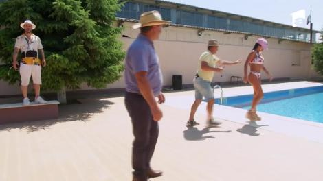 Nea Marin o aruncă pe Daniela Crudu în piscină!