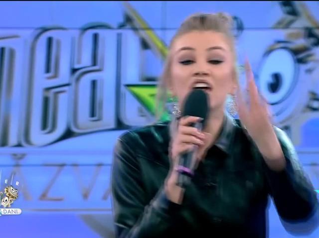 Codruța Sanfira cântă live piesa Hey Mamma, la Neatza cu Răzvan și Dani