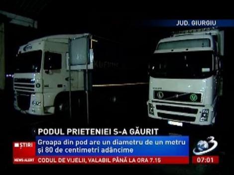 Traficul pe podul Giurgiu - Ruse a fost restricționat din cauza unei gropi uriașe